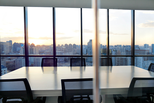 Focus On Background「Meeting room with cityscape and sunset」:スマホ壁紙(1)