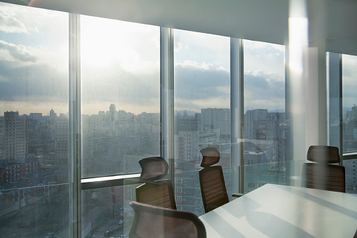 Teamwork「Meeting room with cityscape sun and clouds」:スマホ壁紙(4)