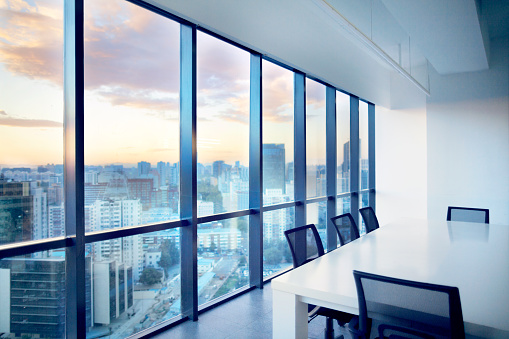 Teamwork「Meeting room with window view of cityscape clouds」:スマホ壁紙(1)