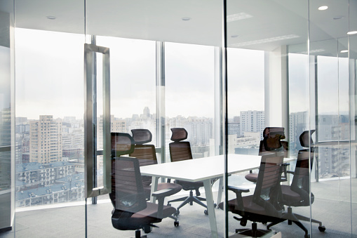 透明「Meeting room with office glass walls and cityscape」:スマホ壁紙(19)
