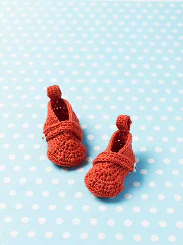 Knitted「Crochet booties on patterned paper」:スマホ壁紙(13)