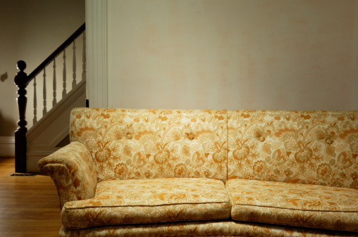 Old-fashioned「Old couch in a retro living room」:スマホ壁紙(9)