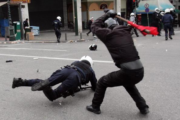 対決「Violent Clashes In Athens Mark The First Anniversary Of Police Killing」:写真・画像(1)[壁紙.com]