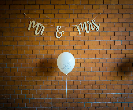 結婚「Wall decoration at a wedding, balloon against brick wall」:スマホ壁紙(17)