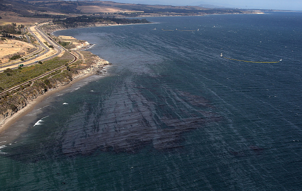 Oil Spill「California Declares State Of Emergency As Oil Spill Harms Pristine Coastline」:写真・画像(4)[壁紙.com]