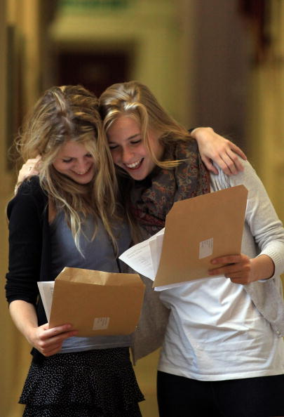 A-Levels「Students Throughout The UK Receive Their A Level Results」:写真・画像(12)[壁紙.com]