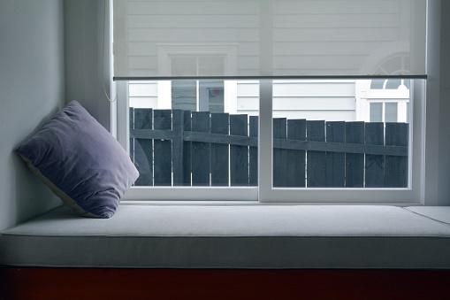 Window Sill「Purple pillow on an empty window bench」:スマホ壁紙(12)