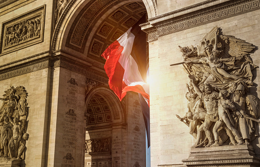 Arc de Triomphe - Paris「Flag in arch near statues」:スマホ壁紙(3)