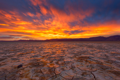 Arid Climate「Dramatic sunset over Alvord Desert, Oregon, USA」:スマホ壁紙(1)
