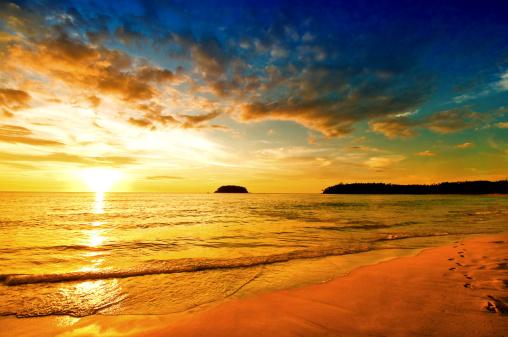 夕焼け 海「日没のビーチの上にドラマチックな空の」:スマホ壁紙(15)