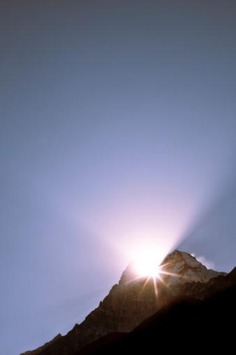 冠雪「A dramatic sunrise between two peaks in Nepal」:スマホ壁紙(0)