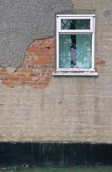 Brick Wall「Council house poorly maintained and in urgent need of repair, Yorkshire」:写真・画像(12)[壁紙.com]