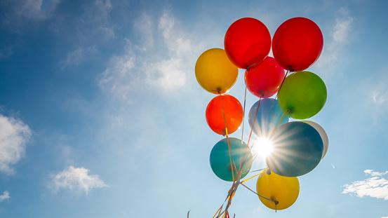 Balloon「Multicoloured balloons against blue sky」:スマホ壁紙(4)