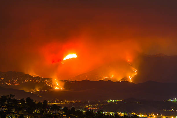 Night long exposure photograph of the Santa Clarita wildfire:スマホ壁紙(壁紙.com)