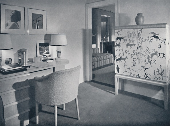 Electric Lamp「W & J Sloane Photographers Hobby Room Showing A Desk In Natural Oak」:写真・画像(5)[壁紙.com]