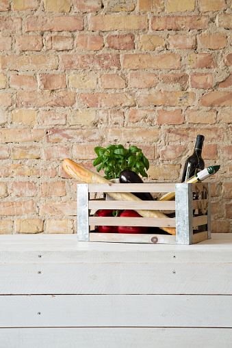 食材「Wooden box with vegetables, pasta, baguette, basil and wine bottle」:スマホ壁紙(16)