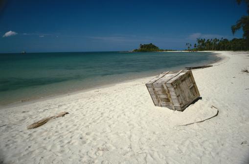 Lost「Wooden Box on White Sand」:スマホ壁紙(2)