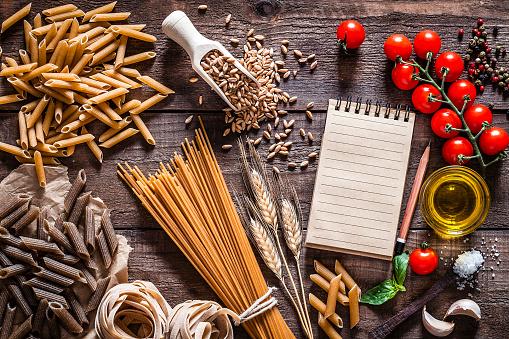 Vegetables「素朴な木製のテーブルの全粒パスタ」:スマホ壁紙(17)