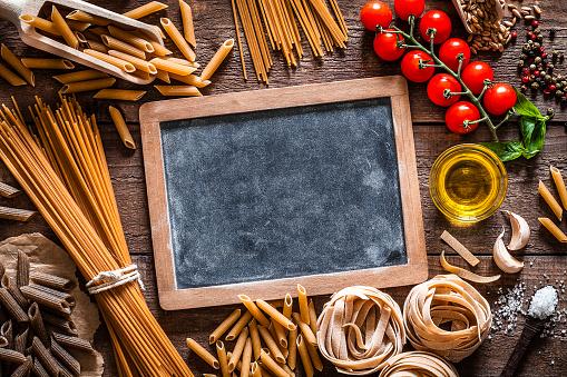 Vegetables「素朴な木製のテーブルの全粒パスタ」:スマホ壁紙(18)