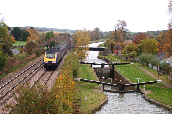 Canal「The Great Western Railway. A First Great Western operated Paddington to Plymouth service at Little Bedwyn. October 2005.」:写真・画像(2)[壁紙.com]