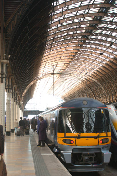 The Great Western Railway. Paddington station. London. Heathrow Express service standing after arrival. October 2004.:ニュース(壁紙.com)