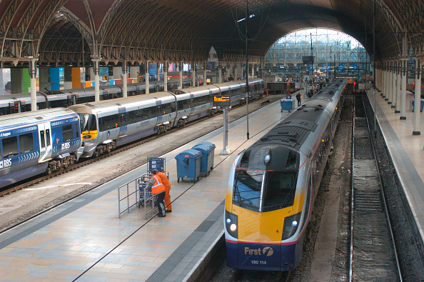 Heathrow Airport「The Great Western Railway. Paddington station. View under trainshed with [ left ] Heathrow Express and [ right ] Great Western services awaiting departure. October 2004.」:写真・画像(11)[壁紙.com]
