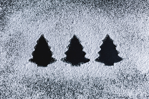 Side By Side「Icing sugar on black background, fir trees」:スマホ壁紙(0)