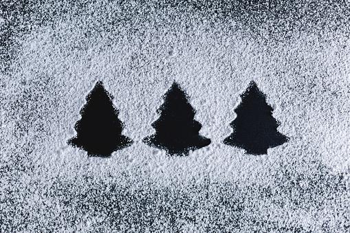 Side By Side「Icing sugar on black background, fir trees」:スマホ壁紙(9)