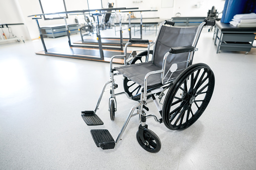Healing「Physical rehabilitation clinic with wheelchairs, gurneys, parallel bars and aid walkers」:スマホ壁紙(11)