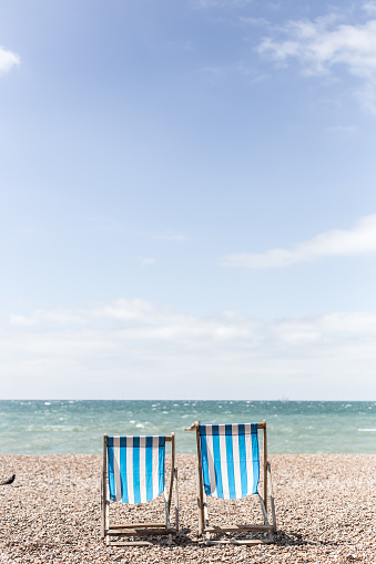 Deck Chair「Bird standing next to two deckchairs on the beach, Brighton, East Sussex, England, United Kingdom」:スマホ壁紙(3)