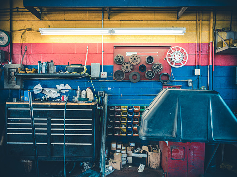 Real Life「Auto Mechanic Shop Interior」:スマホ壁紙(3)