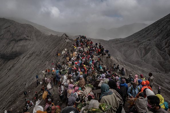 Cultures「Indonesians Perform Kasada Ritual On Mount Bromo」:写真・画像(14)[壁紙.com]
