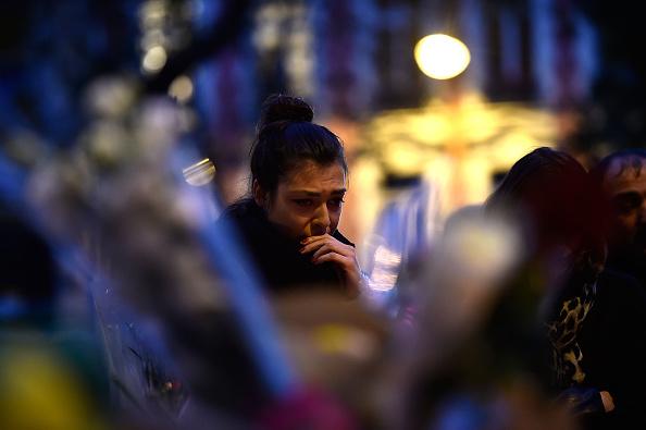 女性「Significant Death Toll Feared In Paris Terror Attacks」:写真・画像(17)[壁紙.com]