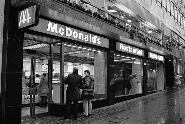 Fast Food「The Exterior Of A Branch Of McDonalds」:写真・画像(6)[壁紙.com]
