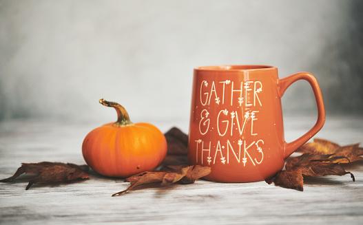 かえでの葉「白い木にカボチャとコーヒーマグカップと秋の背景」:スマホ壁紙(15)