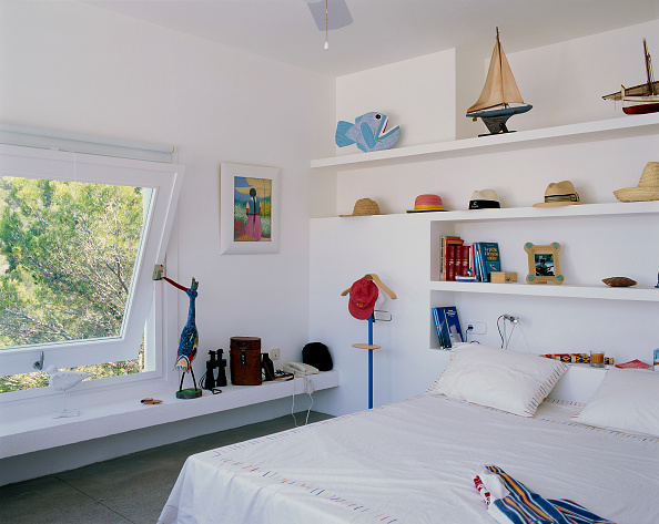Bedroom「View of various hats arranged on a shelf in a cozy bedroom」:写真・画像(12)[壁紙.com]