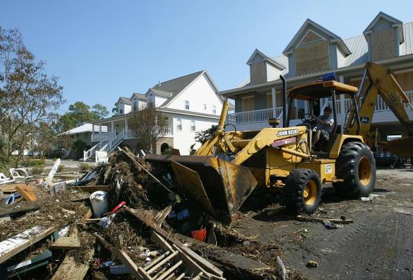 Construction Equipment「Gulf Coast Continues Clean Up After Hurricane Ivan」:写真・画像(12)[壁紙.com]
