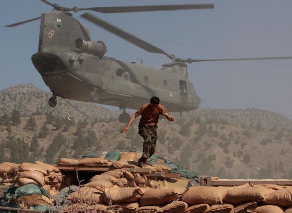 CH-47 Chinook「US Army Works in Mountain Bases in Afghanistan」:写真・画像(3)[壁紙.com]