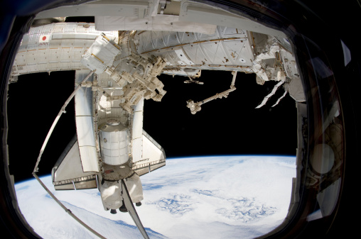 Spacecraft「The docked space shuttle Discovery and Dextre.」:スマホ壁紙(18)