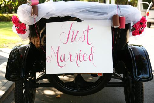 結婚「Just married sign on old fashioned car」:スマホ壁紙(8)