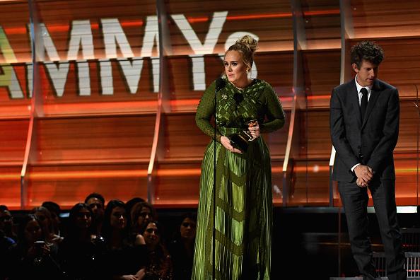 歌手 アデル「The 59th GRAMMY Awards - Show」:写真・画像(0)[壁紙.com]
