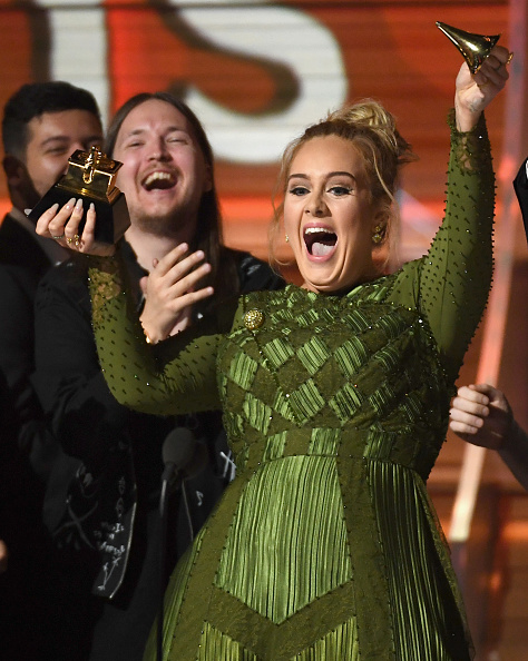 歌手 アデル「The 59th GRAMMY Awards - Show」:写真・画像(2)[壁紙.com]