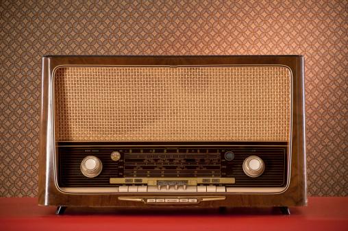 Funky「Retro Radio On Red Desk」:スマホ壁紙(1)