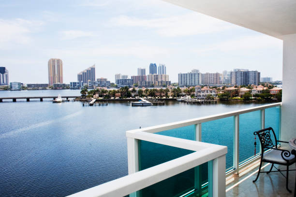 Modern balcony overlooking city skyline, Miami, Florida, United States:スマホ壁紙(壁紙.com)