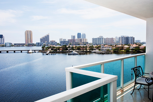 Railing「Modern balcony overlooking city skyline, Miami, Florida, United States」:スマホ壁紙(9)
