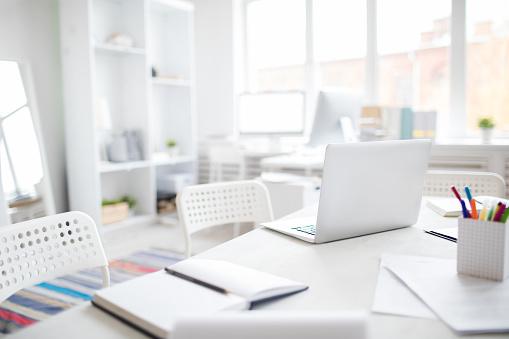 Empty Desk「Office desk with laptop」:スマホ壁紙(13)