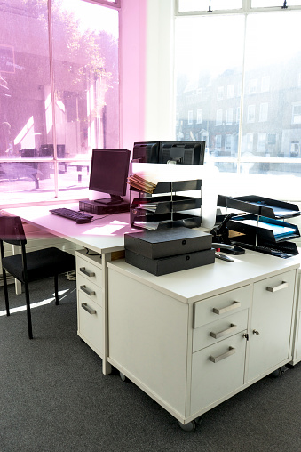 棚「Office desk with pink gel overlapping a corner of the image」:スマホ壁紙(14)