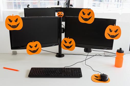 Decoration「Office desk with double monitors, halloween pumpkin mouse mat and orange water bottle」:スマホ壁紙(9)