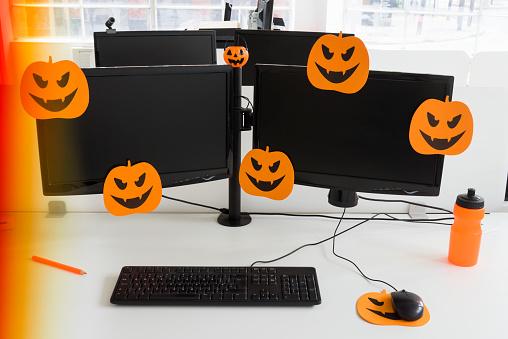 Decoration「Office desk with double monitors, halloween pumpkin mouse mat and orange water bottle」:スマホ壁紙(10)