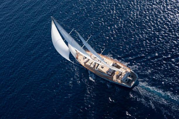 Luxury sailboat sailing in the open blue sea:スマホ壁紙(壁紙.com)